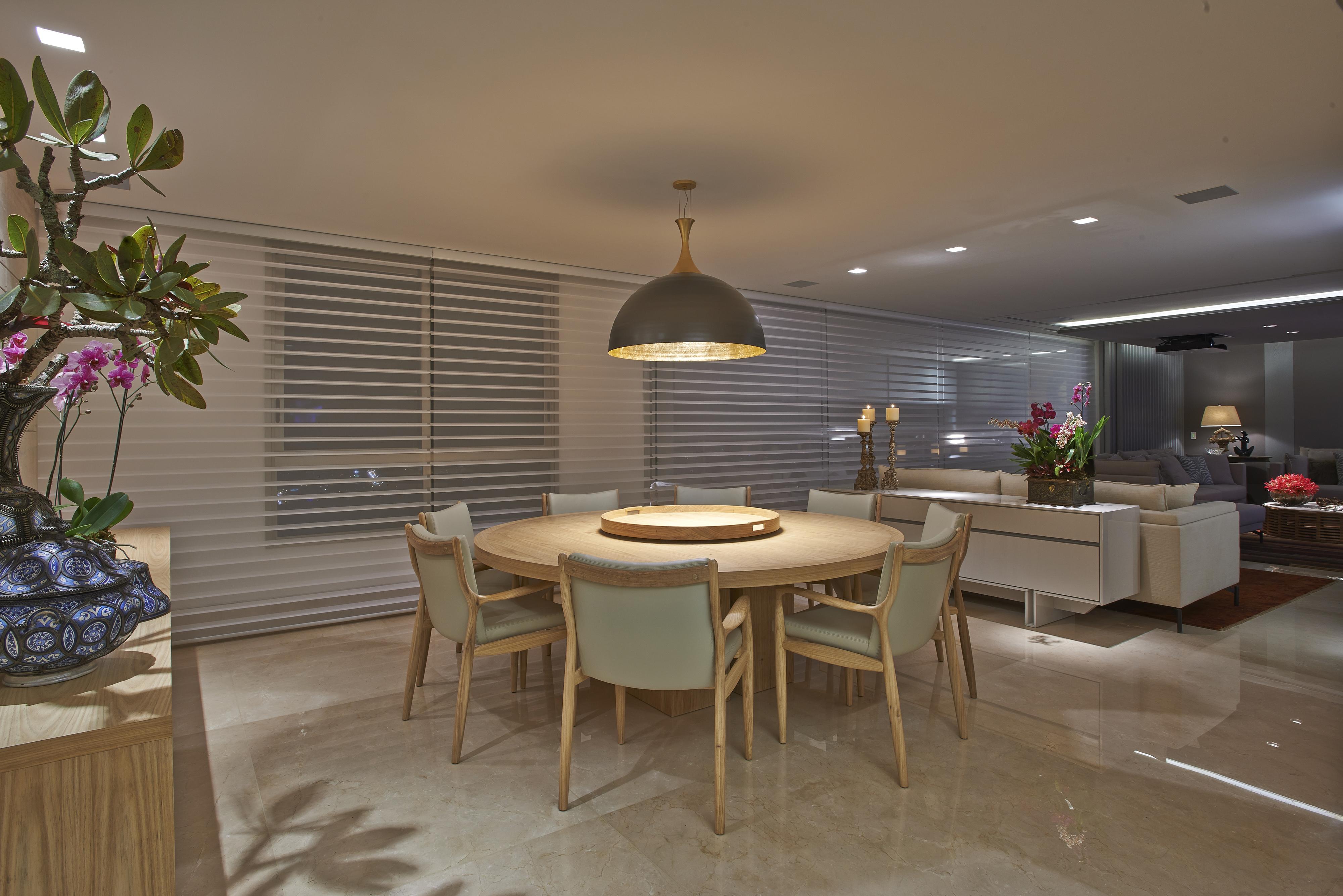 jantar Lotus (ETEL) e Buffet Cascaldi em laca Warm Grey por Adresse #896E42 4000x2670